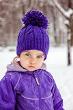 Mała dziewczynka emocjonalny portret, zbliżenie Żartuje patrzeć prosto w kamerę Dziecka chodzący outside Fotografia Royalty Free