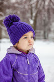 Mała dziewczynka emocjonalny portret, zbliżenie Żartuje patrzeć w odległość Fotografia Royalty Free