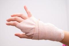 Mała dziewczynka girl& x27 z łamaną ręką, troszkę; s ręka bandażująca Zdjęcia Royalty Free