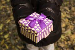Mała dziewczynka hodling prezenta pudełko fotografia stock