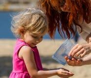 Mała dziewczynka Holi i błękitna farba Fotografia Royalty Free