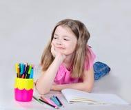 Mała dziewczynka iść rysować Zdjęcia Royalty Free