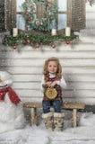 Mała dziewczynka i bałwan zdjęcia royalty free
