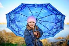Mała dziewczynka i chłopiec z parasolem bawić się w deszczu Dzieciaki bawić się plenerowego dżdżystą pogodą w spadku Jesieni zaba Obraz Stock