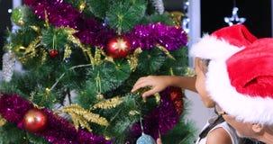 Mała dziewczynka i dziadek dekoruje choinka zbiory wideo