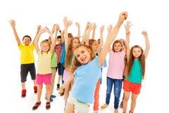 Mała dziewczynka i grupa dzieciaki w plecy zdjęcie stock