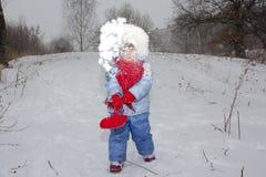 Mała dziewczynka i jej śmieszny gemowy zima śnieg Obraz Stock