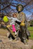Mała dziewczynka i rzeźba poeta Djura Jaksis i malarz Obrazy Stock