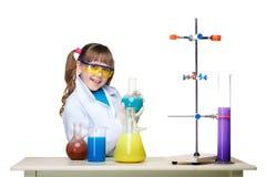 Mała dziewczynka jako chemik robi eksperymentowi z fotografia royalty free