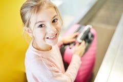 Mała dziewczynka jako pasażer z walizką przy odprawą zdjęcia stock