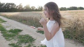 Mała dziewczynka je cukierek na kiju! zbiory wideo