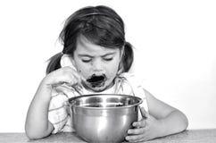 Mała dziewczynka je czekoladową śmietankę Zdjęcie Royalty Free
