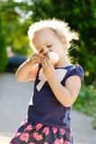 Mała dziewczynka je lody zdjęcie royalty free