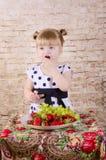 Mała dziewczynka je smakowitej truskawki zdjęcie royalty free