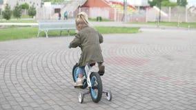 Mała dziewczynka jedzie jej rower w parku zbiory wideo