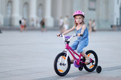Mała dziewczynka jedzie rower Zdjęcia Stock