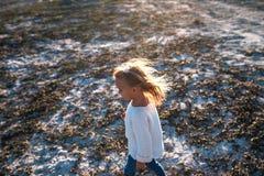 Mała dziewczynka jest iść outdoors i bawić się zdjęcia stock