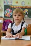 Mała dziewczynka jest pierwszą klasą przy szkołą Fotografia Royalty Free