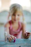 Mała dziewczynka jest szczęśliwa i bawić się Obrazy Royalty Free