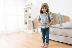 Mała dziewczynka jest ubranym komarnic skrzydeł sztukę jako astronauta Zdjęcie Royalty Free