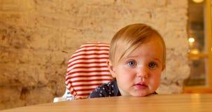 Mała dziewczynka kłaść jej głowę na stole zbiory wideo