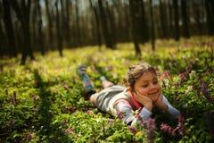 Mała dziewczynka kłaść na zieleni ziemi Obraz Royalty Free