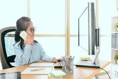 Mała dziewczynka kierownik używa mobilnego telefon komórkowego Zdjęcia Stock