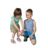 Mała dziewczynka kijów łata na starym chłopiec kolanie Zdjęcie Royalty Free