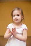 Mała dziewczynka klascze jej ręki w gym Fotografia Stock