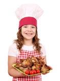 Mała dziewczynka kucharz z kurczaków skrzydłami Fotografia Royalty Free