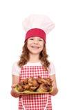 Mała dziewczynka kucharz z kurczaków skrzydłami na talerzu Obrazy Royalty Free