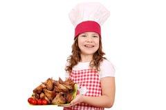 Mała dziewczynka kucharz z piec kurczaków skrzydłami Zdjęcie Royalty Free