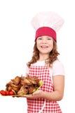 Mała dziewczynka kucharz z piec kurczaków skrzydłami Obrazy Royalty Free