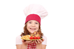 Mała dziewczynka kucharz z piec kurczaków skrzydeł franch smaży a Fotografia Stock