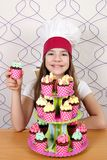Mała dziewczynka kucharz z słodkimi muffins deserowymi Obraz Stock