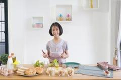 Mała dziewczynka kucharzi w kuchni obraz stock