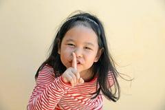 Mała dziewczynka mówi cisza jest sekretem fotografia royalty free