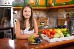 Mała dziewczynka ma śniadanie w kuchni obrazy stock