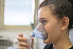 Mała dziewczynka ma nebulizer traktowania przy szpitalem zdjęcie royalty free