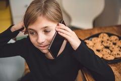 Mała dziewczynka ma rozmowę telefonicza zdjęcia royalty free
