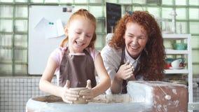 Mała dziewczynka ma zabawę bawić się z gliną na ceramicznym kole zdjęcie wideo