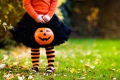 Mała dziewczynka ma zabawę na Halloweenowy trikowym lub fundzie Fotografia Stock