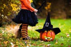 Mała dziewczynka ma zabawę na Halloweenowy trikowym lub fundzie Obraz Royalty Free