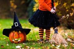 Mała dziewczynka ma zabawę na Halloweenowy trikowym lub fundzie Zdjęcia Stock