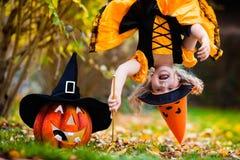 Mała dziewczynka ma zabawę na Halloweenowy trikowym lub fundzie Zdjęcie Royalty Free