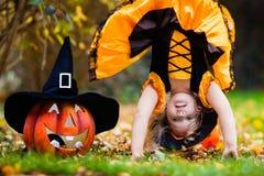 Mała dziewczynka ma zabawę na Halloweenowy trikowym lub fundzie Zdjęcie Stock