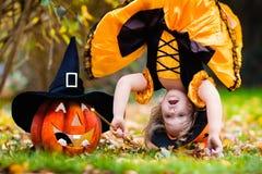 Mała dziewczynka ma zabawę na Halloweenowy trikowym lub fundzie Fotografia Royalty Free