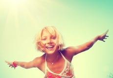 Mała dziewczynka ma zabawę plenerową nad natury niebem Zdjęcie Royalty Free