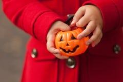 Mała dziewczynka ma zabawę przy Halloweenowy trikowym lub fundą Dzieciaków częstowanie lub sztuczka Berbecia dzieciak z lampionem Obrazy Royalty Free