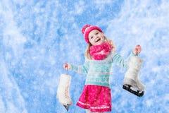Mała dziewczynka ma zabawę przy jazda na łyżwach w zimie Zdjęcia Royalty Free